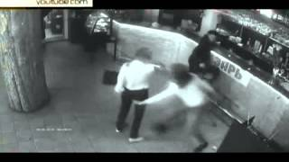 Официантка тремя ударами нокаутировала наглого посетителя  21 05 2015