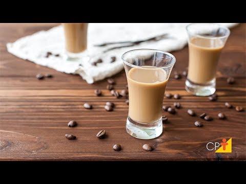 Clique e veja o vídeo Como Fazer Licor de Café Cremoso - Curso Receitas com Café