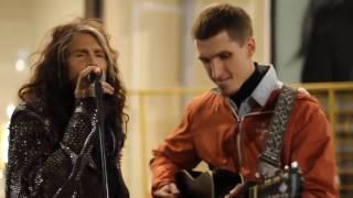 Impresionante: Steven Tyler de Aerosmith sorprende a un músico callejero