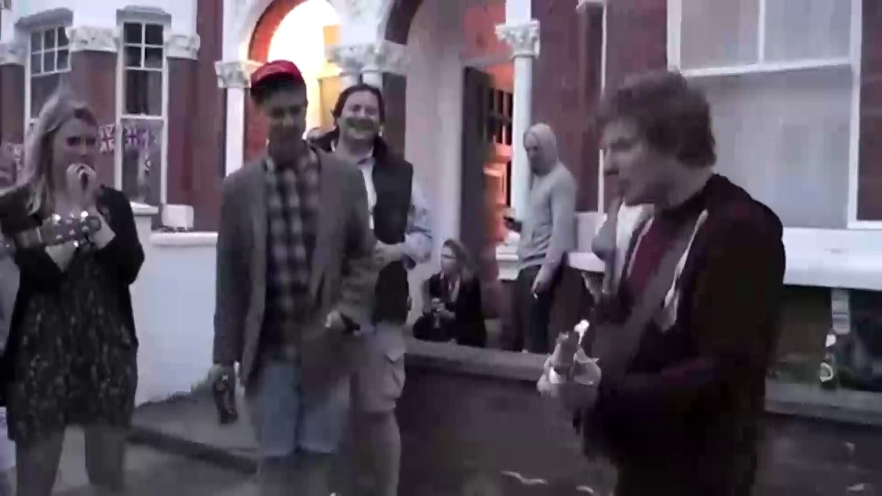 "Ed Cantando en una ""Street Party"""