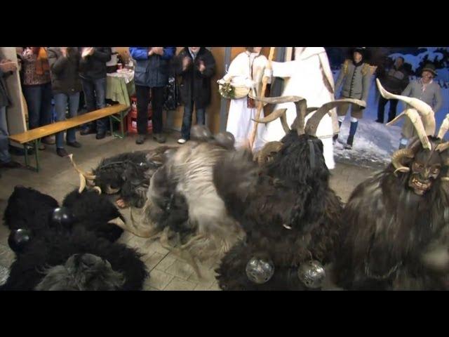 Gasteiner Krampuslauf: Krampus & Nikolaus, Salzburg - Krampus Attacke / Perchtenlauf