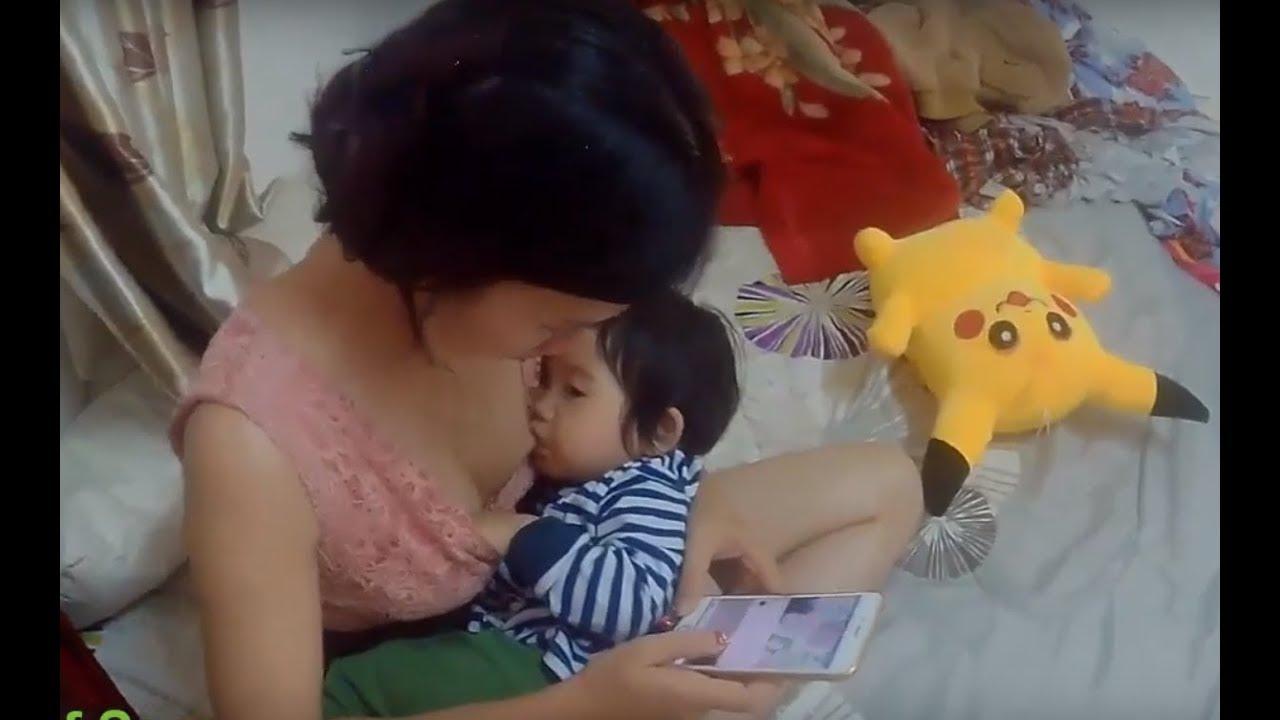 필요할 때 아기를 모유로 키우는 아름다운 미혼모.