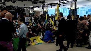 متظاهرون من الجالية الكردية في بروكسل يدخلون الى مبنى البرلمان الاوروبي
