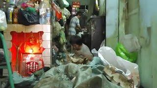 Phát lộ những bất ngờ trong căn nhà rác ngập đến bàn thờ ở quận Bình Tân | QUỐC CHIẾN Channel
