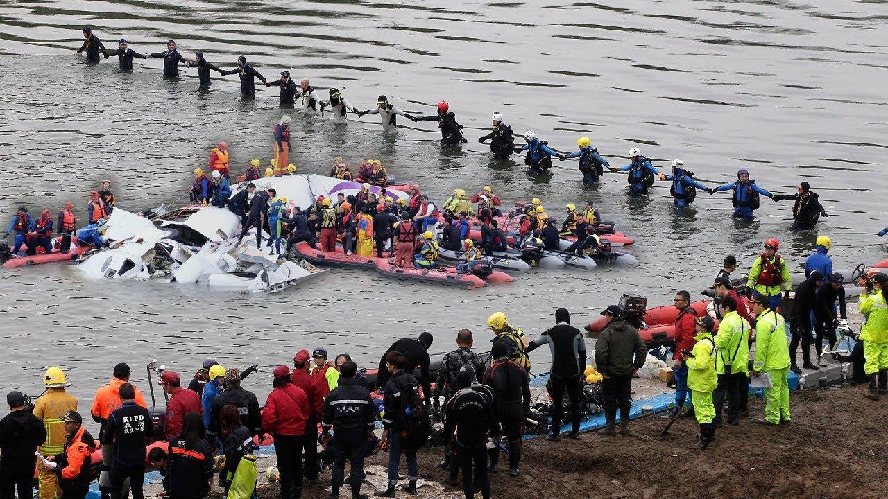 Люди сбежались и скорее стали доставать его из воды.