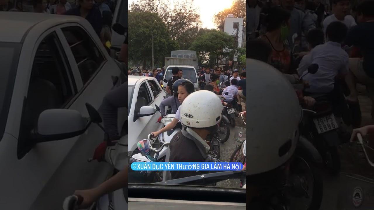 Clip: 4 thanh niên đánh 1 người đàn ông vì bị nhắc nhở khi đỗ xe gây cản trở giao thông