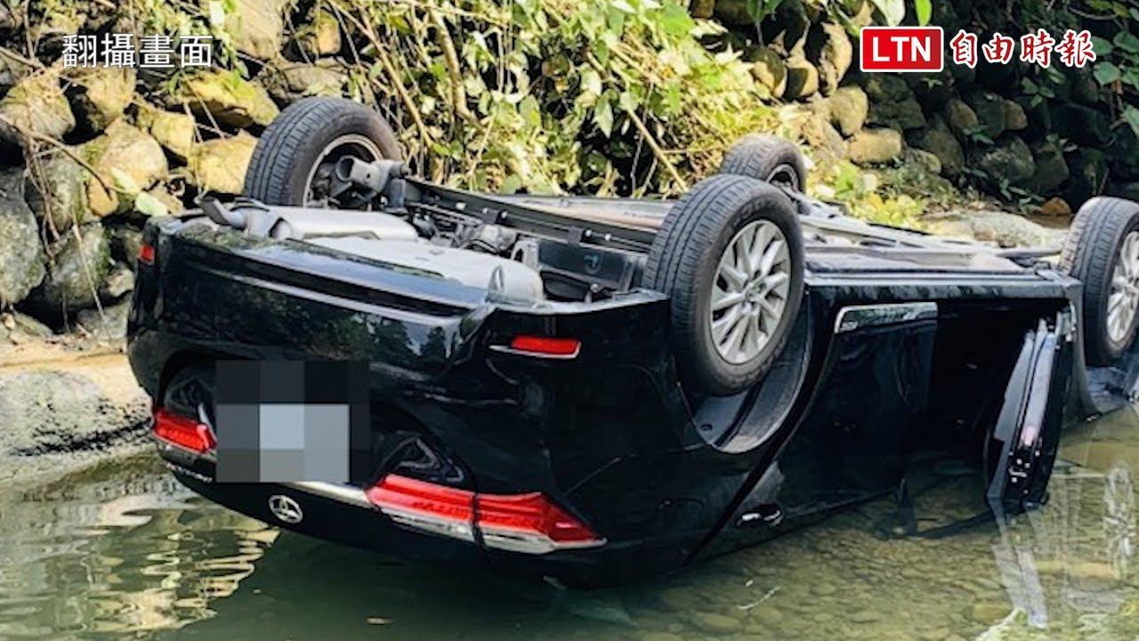 高雄美濃小客車翻落溪溝 1死3傷