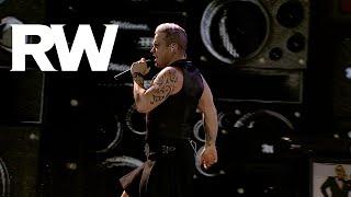 Смотреть клип Robbie Williams - We Will Rock You / I Love Rock 'N' Roll