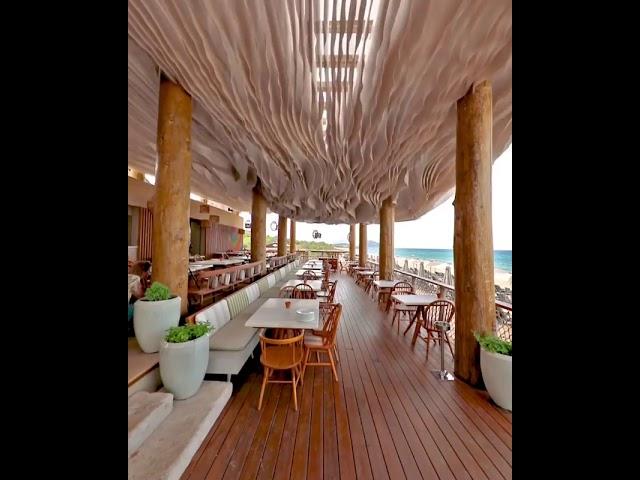 Хипнотизирачки таван над ресторан во Грција