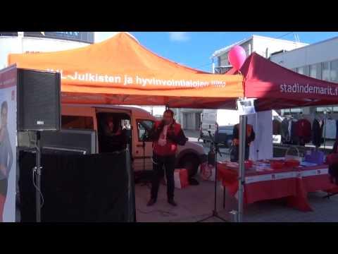 SDP:n puoluesihteeri Reijo Paananen laulaa karaokea