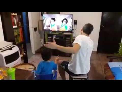 Papá e hijo bailando una genial coreografía