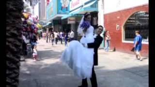 pareja de novios en sesion de fotos en monterrey - paseo morelos