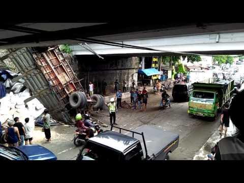 TRAGISS!! beberapa orang jadi korban tertimpa truck gandeng