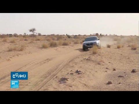 موريتاني يغامر بسيارته الصغيرة وسط الصحراء  - 15:22-2018 / 2 / 15