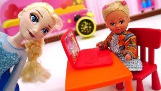 Эльза играет в компьютер. Штеффи спит. Видео для девочек.