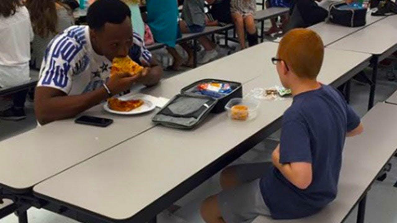 طفلها يأكل وحده في المدرسة كل يوم ، وعندما جلس بجواره نجم كرة القدم  .. انهلت دموعها