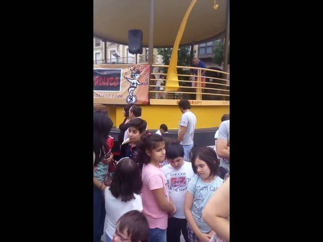 Los más pequeños disfrutan con las actividades y actuaciones de malabares y circo