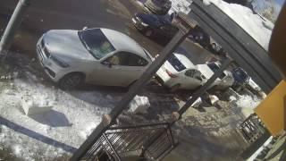"""В центре Саратова глыба льда чуть не убила прохожего и повредила """"BMW X6"""""""