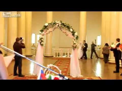 Cô dâu bất ngờ bị tụt váy trong lễ cưới - Thông tin 24/7|http://thongtin247.info
