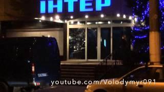 Нападение на Интер в Киеве 03.01.2015(В субботу, 3 января, около 16:12 на офис канала Интер в центре Киева было осуществлено нападение: кирпичами..., 2015-01-03T20:22:36.000Z)