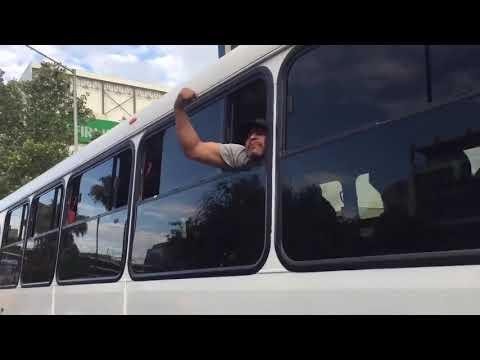 """""""Los obreros movemos amexico, pinches ridículos"""" grita un hombre a una de las caravanas vs#AMLO"""