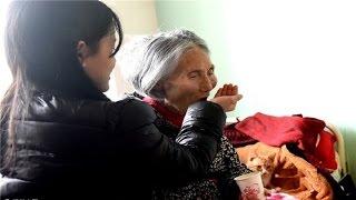 Cảm động cô sinh viên năm 2 đưa bà nội 93 tuổi đến trường để tiện chăm sóc!!!