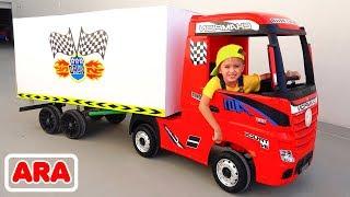 يلعب نيكيتا مع الشاحنة من اجل خدمات التوصيل