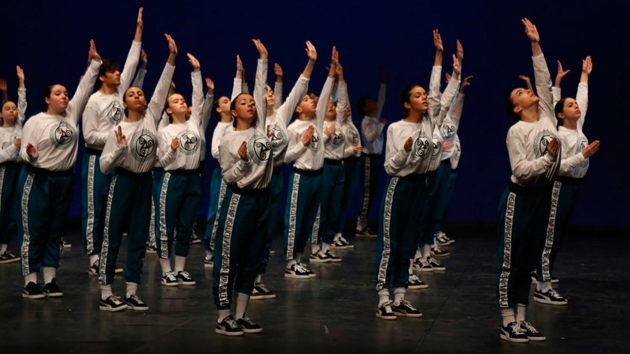 Hoy nos vamos a Galicia para descubrir algo más que su tierra, su mar y su viento. Porque a veces olvidamos que además de los agentes meteorológicos que tanto nos gustan, hay unas personas, unas almas que sienten y que pueden tener, como el tiempo atmosférico, sus días buenos y malos. En cuerpo y alma se entregan en esta espectacular coreografía los 50 bailarines de la escuela viguesa Media Punta, que logró el primer puesto en el campeonato de España. La 'Muiñeira de Chantada' a ritmo de hip hop que valió un oro.