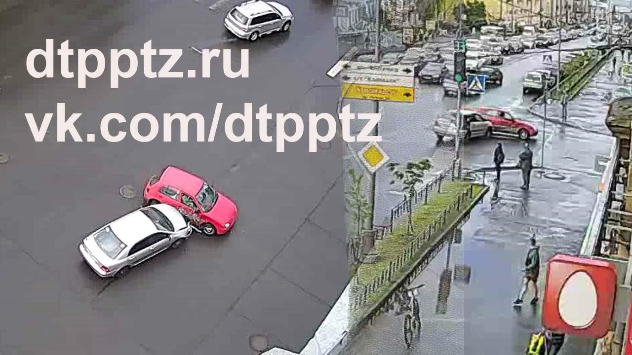 Две Тойоты столкнулись на перекрёстке