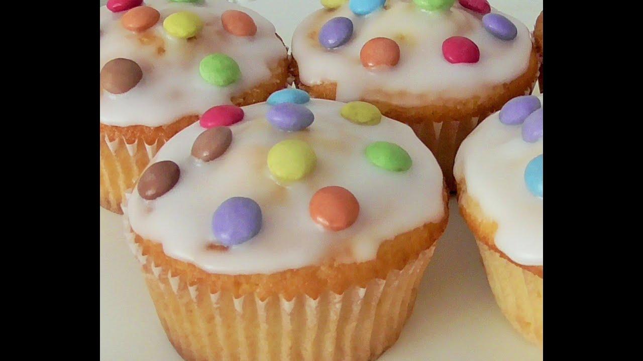leckere vanilie cupcakes mit smarties youtube. Black Bedroom Furniture Sets. Home Design Ideas