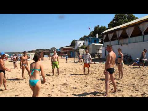 Крым. Игра в волейбол на пляже в Учкуевке. Отличный отдых!