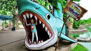 Mi Mi Kids Finge Jugar en un Parque de Diversiones! Family Fun Adventures