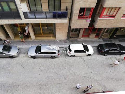 Cae sobre dos coches un trozo de la fachada de una vivienda en O Couto