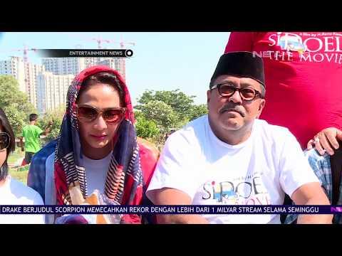 Rano Karno dan Para Sahabat Ziarah ke Makam Benyamin Sueb
