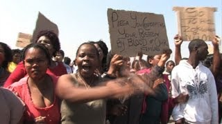 Les femmes des mineurs entonnent des chants anti-apartheid