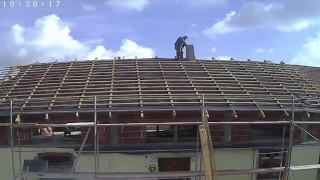 Fachowiec buduje komin w godzine nad dachem