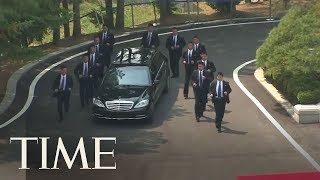 Video Kim Jong Un Brought 12 Bodyguards Alongside His Limo During His Meeting In South Korea | TIME download MP3, 3GP, MP4, WEBM, AVI, FLV Oktober 2018
