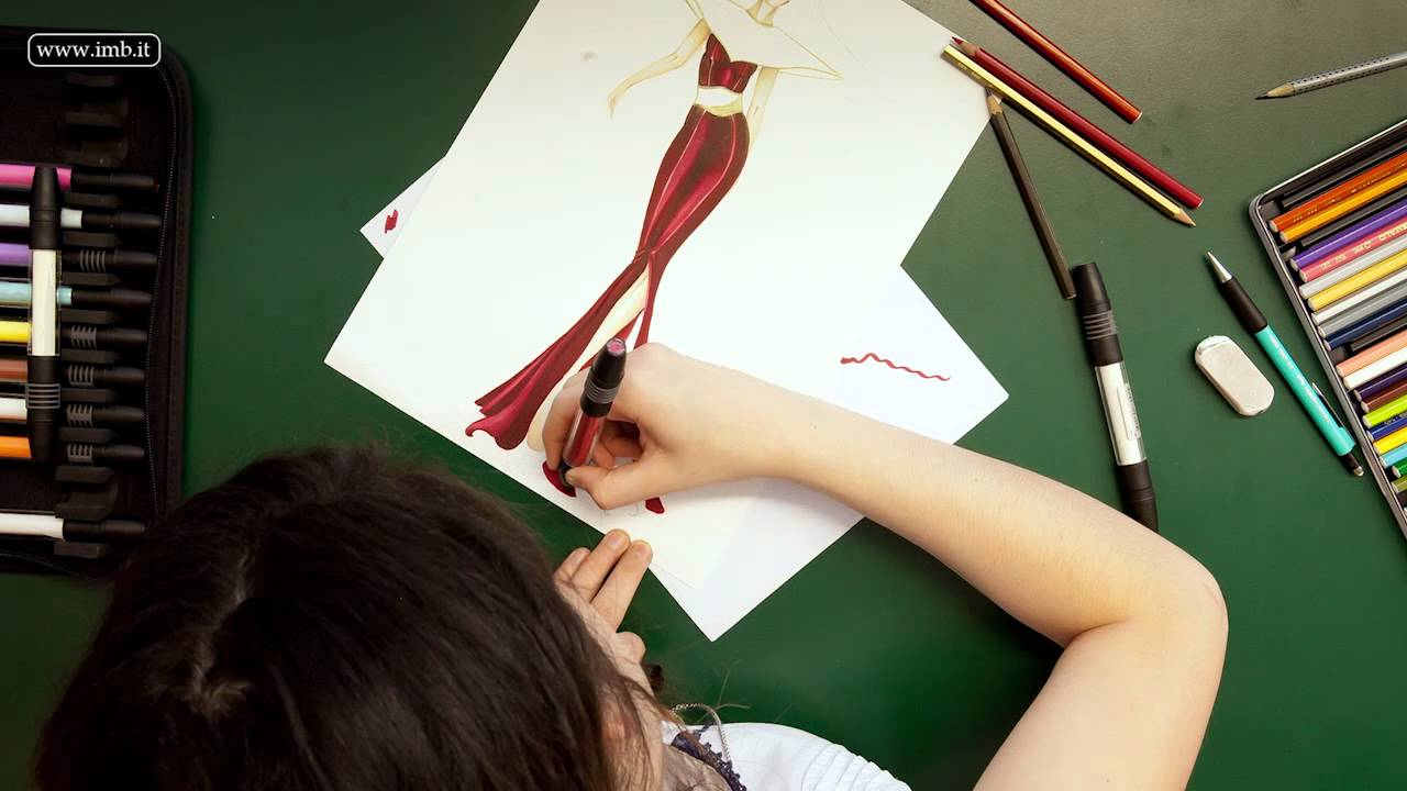 Drawing a fashion sketch student of istituto di moda for Istituti moda milano