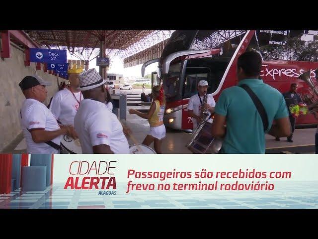 Passageiros são recebidos com frevo no terminal rodoviário de Maceió