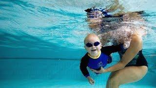 Cho bé tập bơi cực kỳ dễ thương - baby