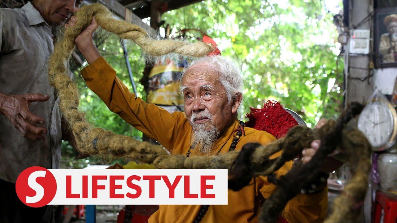 رجل عجوز لم يغسل شعره أو يقصه منذ 80 عاما