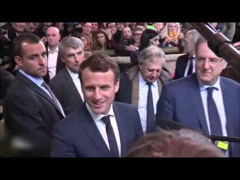 Emmanuel macron et louis de fun s jet d 39 oeuf au salon de for Macron salon agriculture oeuf