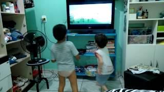Arthur e Guilherme dançando ganibe