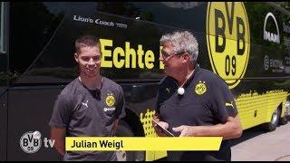 Julian Weigl und Norbert Dickel besichtigen den neuen BVB-Mannschaftsbus