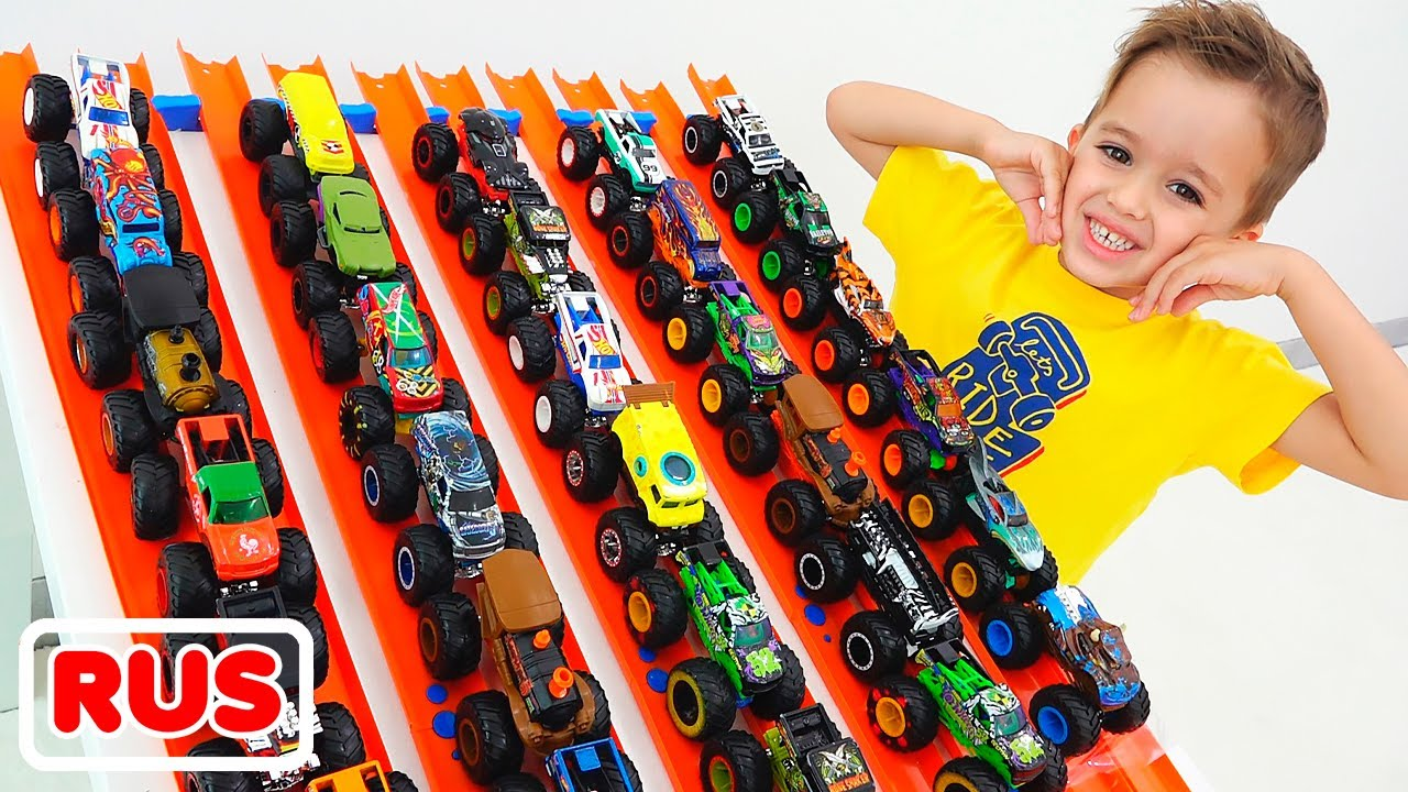 Влад и Никита играют с игрушечными машинками Hot Wheels