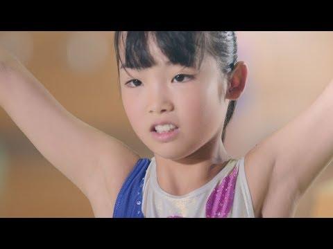 平均台に奮闘する少女を、高校生250人が人文字で応援 『明治おいしい牛乳』新CM「おいしいエール」篇&メイキング映像