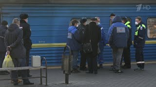 Китаянку с подозрением на коронавирус сняли с поезда Киев - Москва вместе с соседями по вагону.