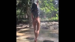 Silvia Caruso  принимает душ