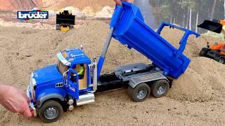 Mack Granite Halfpipe Kipp-LKW -- 02823 -- BRUDER Spielwaren