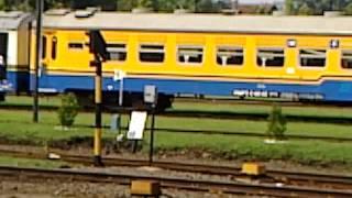 lokomotif d301 72 melangsir rangkaian kereta penumpang